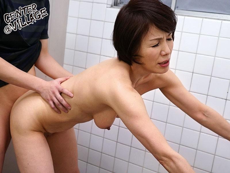 人妻痴●電車〜さわられた六十路母〜 内原美智子|無料エロ画像10