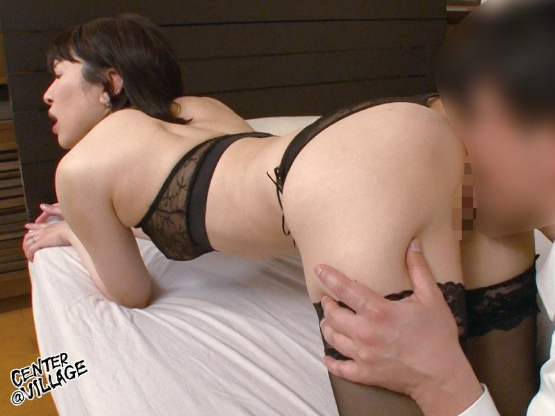 官能的な下着姿で男たちを惑わせる淫乱ミセスの妖艶ランジェリー性交 林美希 の画像3