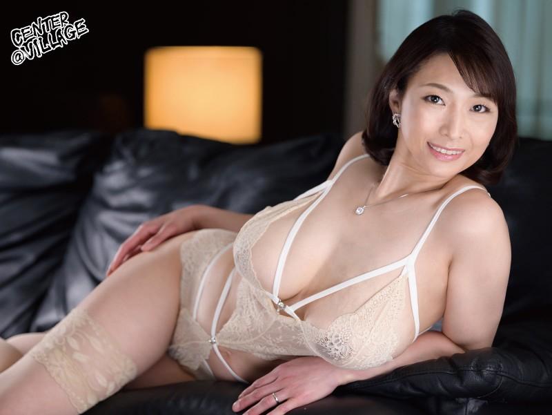 官能的な下着姿で男たちを惑わせる淫乱ミセスの妖艶ランジェリー性交 時田こずえ の画像1