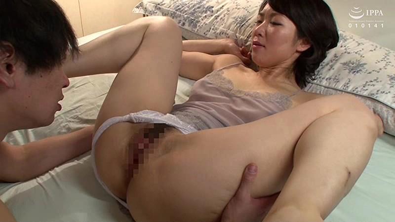 娘の彼氏に膣奥を突かれイキまくった母 会田柚希 の画像11