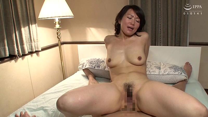娘の彼氏に膣奥を突かれイキまくった母 会田柚希 の画像6