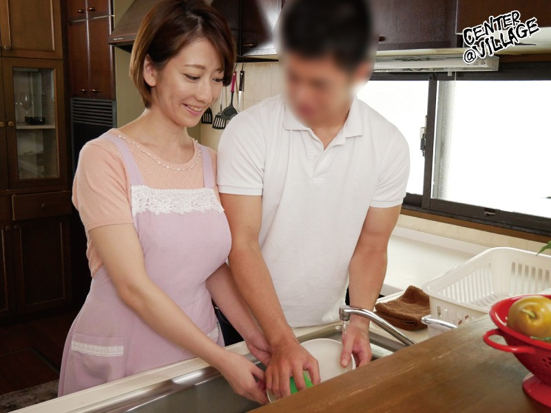 娘の彼氏に膣奥を突かれイキまくった母 岡村麻友子 画像1