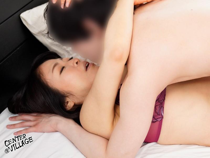 彼女の母親がエロ下着と中出しで彼氏を誘惑しはじめた 青山涼香 キャプチャー画像 3枚目