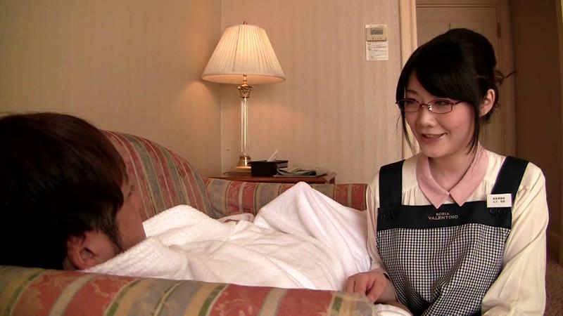 メガネボインの客室係がいる掲示板でウワサのビジネスホテルを予約してみた。確かに服の上からでもハッキリとわかる爆乳、そして、部屋にはベッド…鑑賞だけで終わるのかと思ったその瞬間!メガネ巨乳客室係が粗相! 立川理恵 画像14