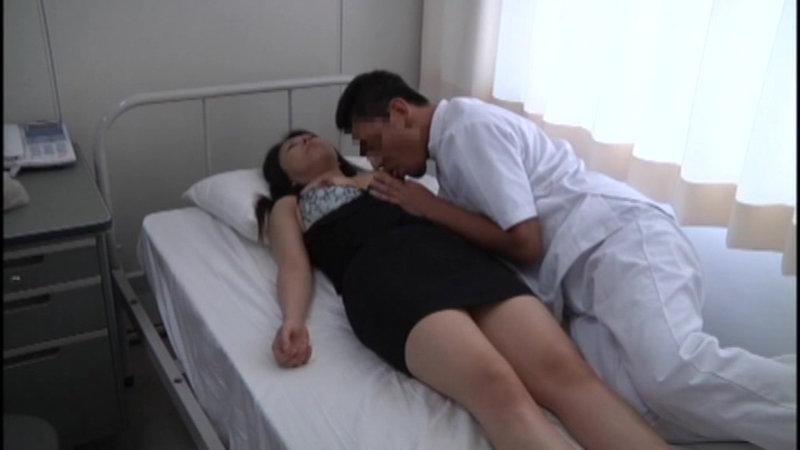泥酔女性を診察台に乗せ、やりたい放題の内科医逮捕前動画 キャプチャー画像 18枚目