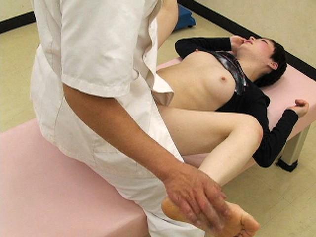 あどけなさの残る少●に陰部を露出するなりすまし医療従事者盗撮 キャプチャー画像 9枚目