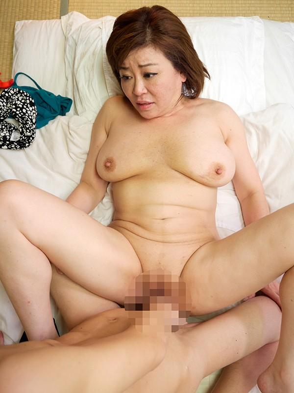 ボディラインが崩壊し始めたおばさん 下半身を持て余し若いチ●ポを漁りまくる 村岡みつ子 キャプチャー画像 3枚目
