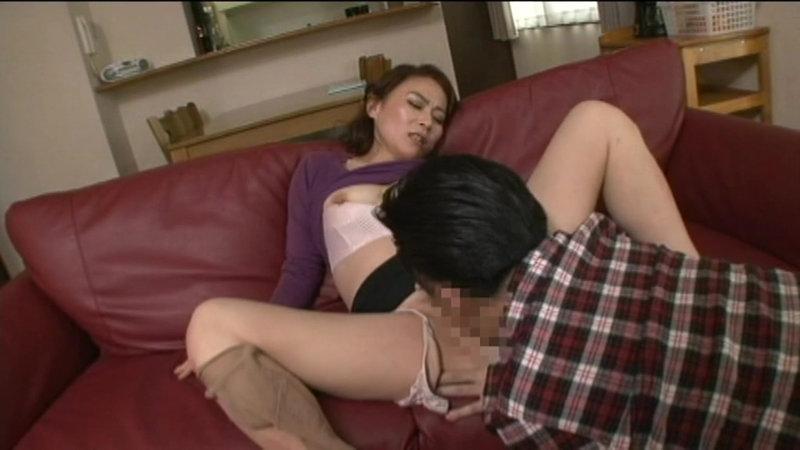濃厚キスで舌を絡ませ燃え上がってしまった!もう止められない男女の一線を越えた禁断の近親交尾 画像1