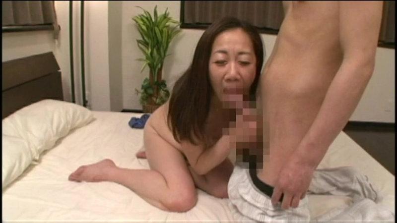 息子に求められる五十路母の卑猥な贅肉 画像18