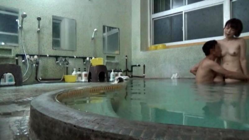 人里離れた山奥にある温泉宿 混浴風呂に仕込んだカメラが捉えたワイセツ映像の数々 混浴温泉(秘)盗撮 Part2のサンプル画像