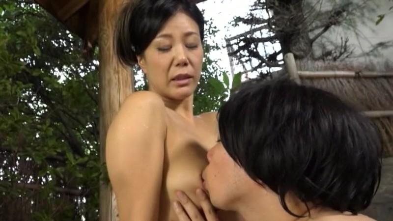 母と息子二人きりの温泉旅行で舌と舌を絡め...