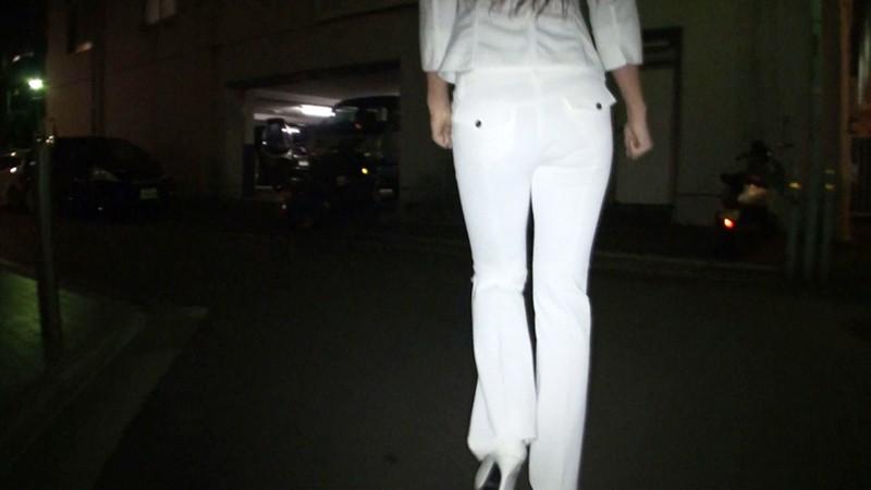 働く美尻OLのパンツスーツに射精お姉さんのスーツ