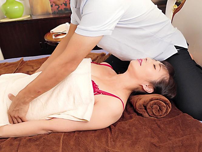 マッサージ師NTR 「夫は愛しているわ、ケド私が欲しいのはオチ○ポなの!」 音羽文子 の画像17