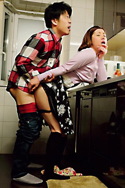 剛毛マ○コを濡らしながら若い絶倫チ○ポを誘惑ナマ性交―中出し不倫でイキ狂う敏感妻― 加藤ツバキ