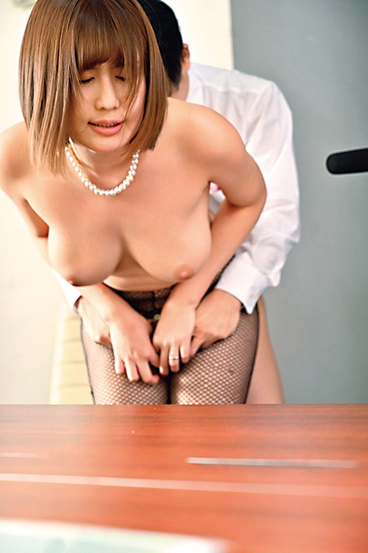 職場の若い男をデカ尻とヒクつくアナルで誘惑し喰い散らかすド淫乱の美巨乳社長妻 藤森里穂 キャプチャー画像 8枚目