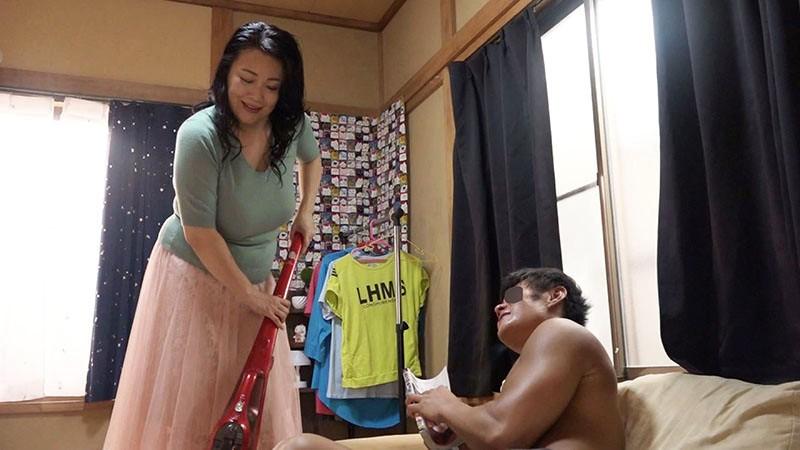 [最高級超熟成肉熟女] 溺愛息子を過保護に性管理する肉食爆乳J-cupお母さん 綾子(50歳) 1枚目
