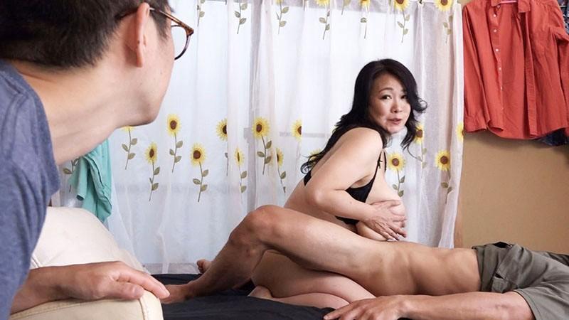 [最高級超熟成肉熟女] 溺愛息子を過保護に性管理する肉食爆乳J-cupお母さん 綾子(50歳) 3枚目