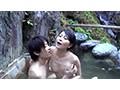 混浴温泉の人妻たちに堂々と勃起チ●ポを見せつけ濃厚中出しのサムネイル