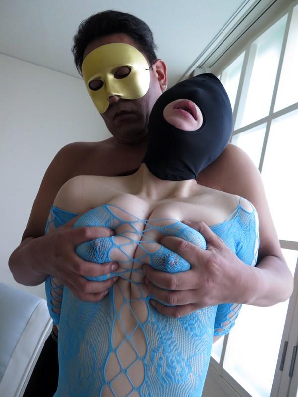 夫に内緒でマスクを被り変態マゾプレイを満喫する爆乳熟女たち 1枚目