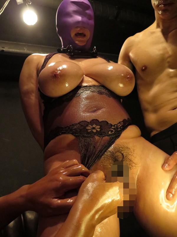 夫に内緒でマスクを被り変態マゾプレイを満喫する爆乳熟女たち 6枚目
