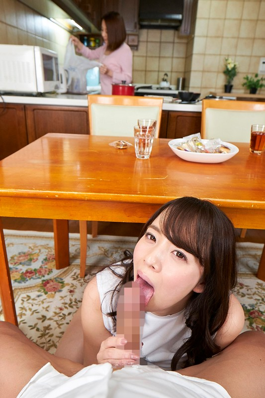 【VR】妻がすぐ近くにいるにも関わらず、隣人の爆乳奥様が僕を誘惑?!のサンプル画像