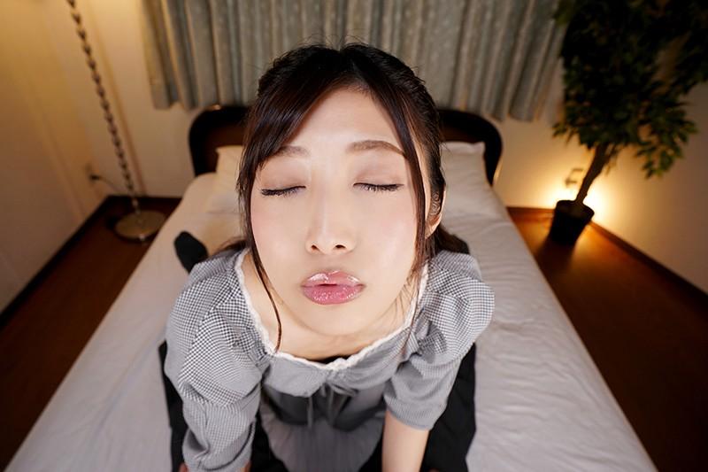 至近距離でキスをせがむ阿部栞菜