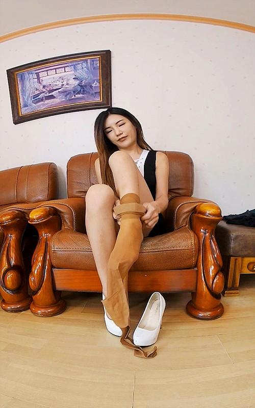 【VR】股間に跨って足を延ばす韓国美女!24時間興奮させるリアル感充満な女子大学生の足コキスペシャル1