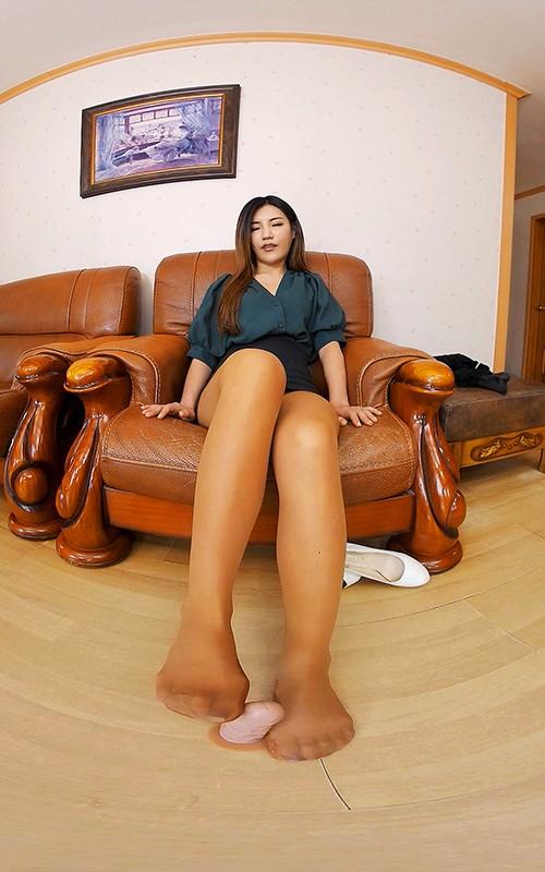 【VR】股間に跨って足を延ばす韓国美女!24時間興奮させるリアル感充満な女子大学生の足コキスペシャル4