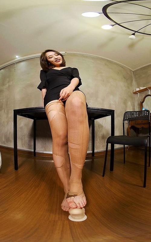 【VR】股間に跨って足を延ばす韓国美女!24時間興奮させるリアル感充満な女子大学生の足コキスペシャル8