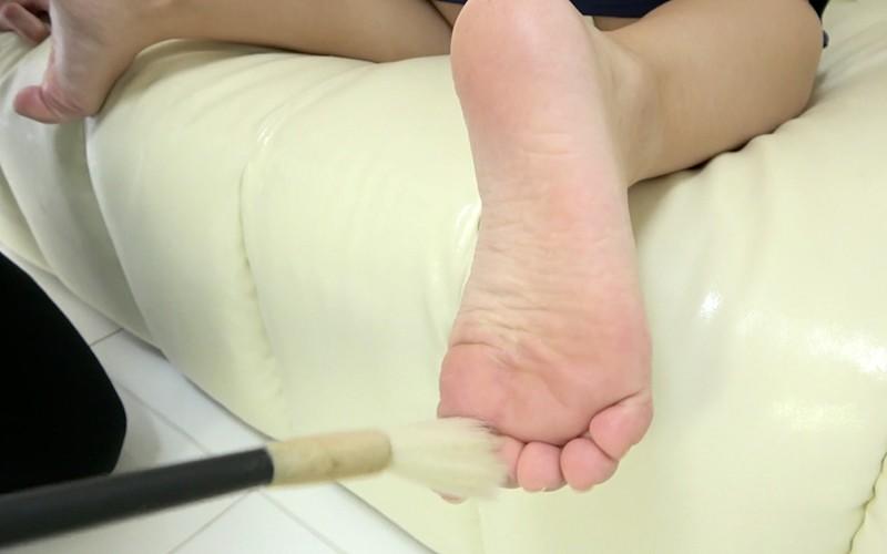 くすぐりプレイ 〜スク水グラビア&筆・歯ブラシくすぐり〜 須崎美羽 キャプチャー画像 11枚目