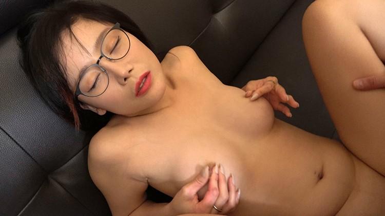 韓国で見つけた読書に夢中な堅物系の彼女は、エッチなこと好きでしょ?の直球質問にドギマギ!見かけによらずヤラしいパンティと舌出しべろちゅーで男をその気にさせる! ヨルン