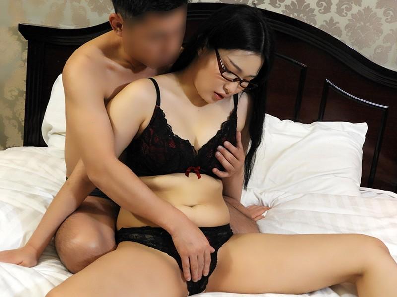 韓国で見つけた読書に夢中な堅物系の彼女は、エッチなこと好きでしょ?の直球質問にドギマギ!見かけによらずヤラしいパンティと舌出しべろちゅーで男をその気にさせる! ヨルン4