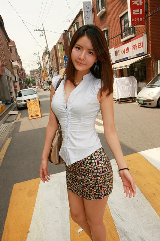 韓国で見つけたヨアソビ大好きな彼女は、禁欲1ヶ月で我慢の限界!?性感帯の足を責められて悶絶!たまらずチ○ポを咥え込む! 画像1