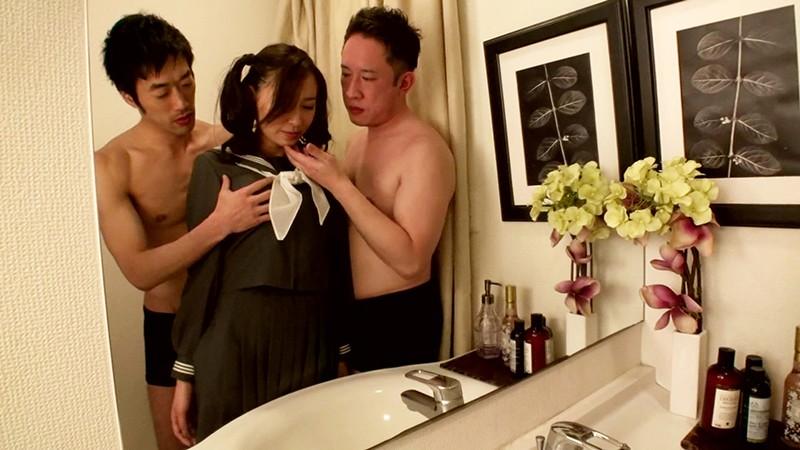 セーラー服を着せられた美熟女が手マンで潮吹き絶頂して顔面に大量男汁をぶっかけられる!1