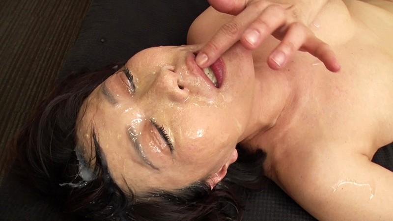 ハメられながら連続顔面シャワーで白く汚される妖艶熟女。粘液にまみれながら恍惚の表情を浮かべる… 画像8