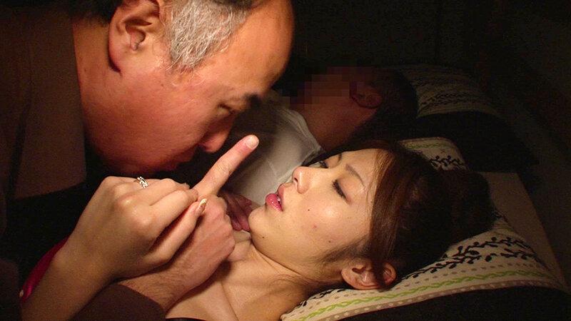 潮吹きアクメ妻 夫が寝ているそばで男たちに連続ブッカケされて…