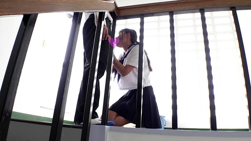 掃除中の女子校生と校舎の死角でドキドキしながらセックスして精液ブチ撒いてやりましたぁ〜! 加賀美まり キャプチャー画像 4枚目