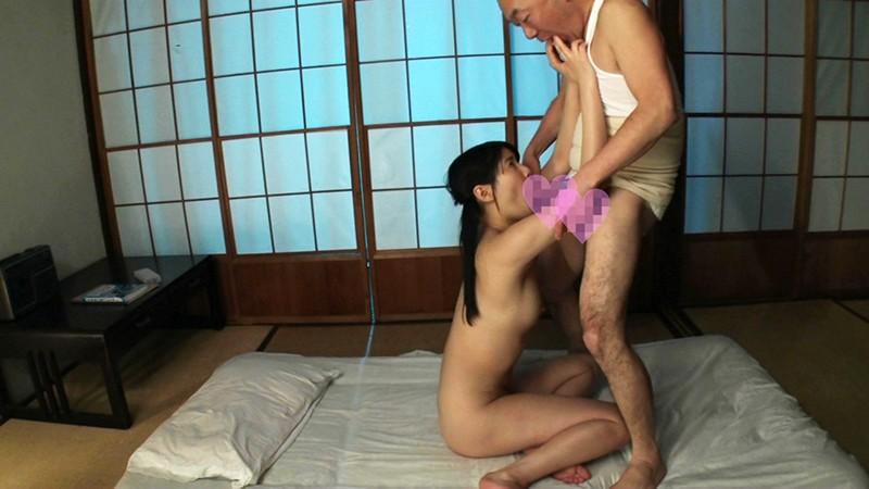 中年男が尻と脚を舐めまくる夜●い姦。粘着質なねぶり責めを受けて美少女は快感に目覚める 画像5