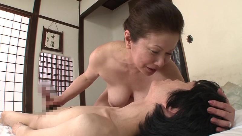 一つ屋根の下の性交 おばあちゃんとSEX編 岩崎千鶴 画像1