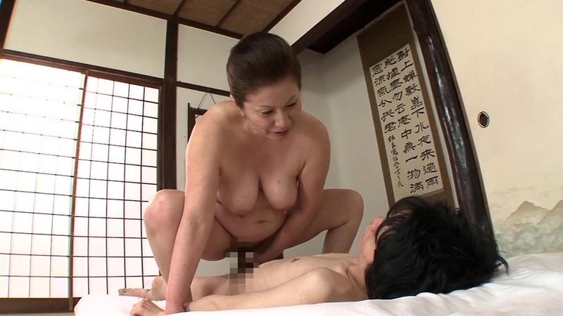一つ屋根の下の性交 おばあちゃんとSEX編 岩崎千鶴 画像2