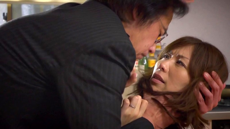 夫が勤める会社の男達がやりたくなる美熟女 翔田千里 リビングで立ちバック編1