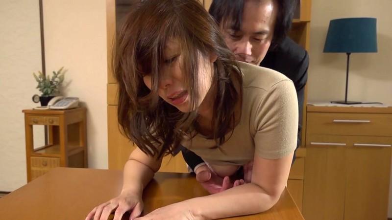 夫が勤める会社の男達がやりたくなる美熟女 翔田千里 リビングで立ちバック編5