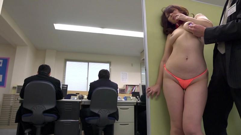 夫が勤める会社の男達がやりたくなる美熟女 翔田千里 会社でフェラチオ編 画像3