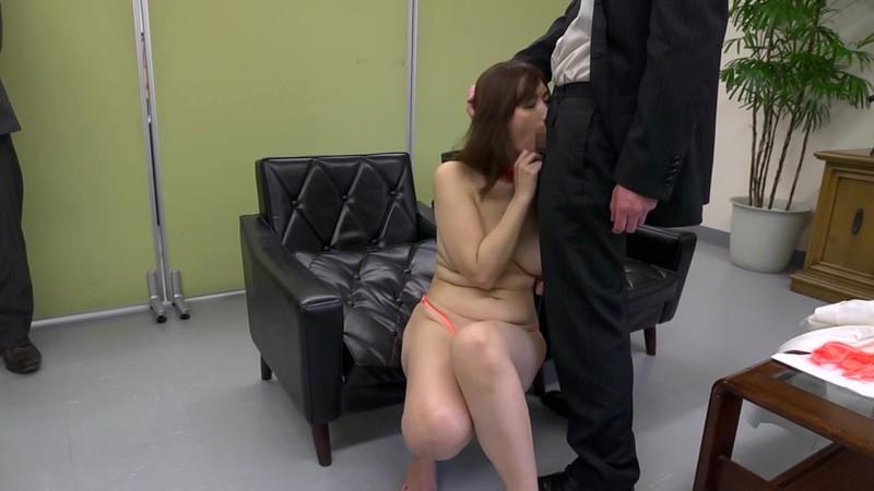 夫が勤める会社の男達がやりたくなる美熟女 翔田千里 会社でフェラチオ編 画像9