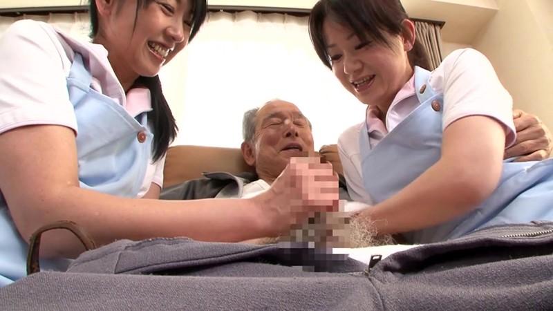 熟女ヘルパーのおじいちゃん遊び 手コキとフェラでまだまだ発射させます! 画像2