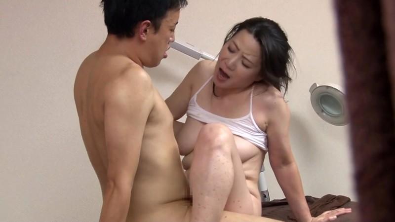 マッサージ室で行われる五十路巨乳妻の不倫行為 大石忍 画像17