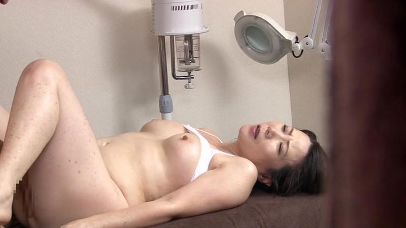 マッサージ室で行われる五十路巨乳妻の不倫行為 大石忍 画像9