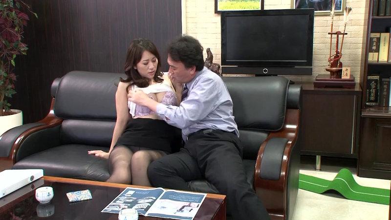 挿せ頃OLはオフィスでヌルヌル何処でも挿入可能! 34歳OLは社長室で座位編 画像1