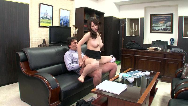 挿せ頃OLはオフィスでヌルヌル何処でも挿入可能! 34歳OLは社長室で座位編 画像17