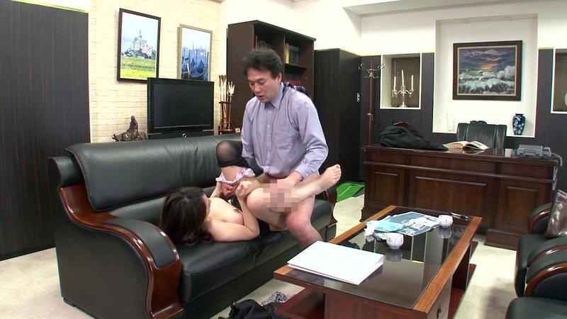 挿せ頃OLはオフィスでヌルヌル何処でも挿入可能! 34歳OLは社長室で座位編 画像20